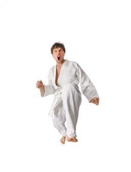 Combattente di karate che fa una mossa