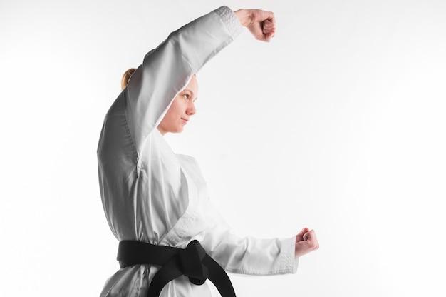 Combattente di karatè che posa vista laterale