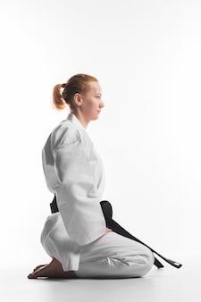 Combattente di karatè che si siede vista laterale