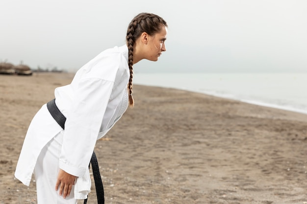 Combattente di kung fu in costume di arti marziali
