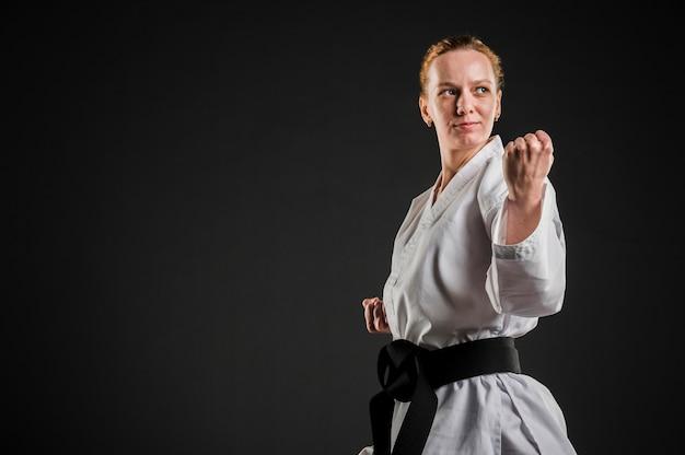 Combattente femminile di karatè con lo spazio della copia