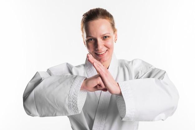 Combattente femminile felice che posa colpo medio
