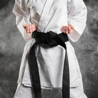 Combattente in kimono con cintura nera