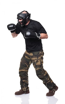 Combattente krav maga con guanti e maschera