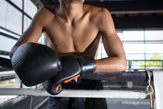 Combattente sul palco prima dell'allenamento di combattimento, boxe thailandese.