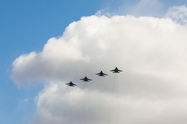 Combattenti russi nel cielo in festa