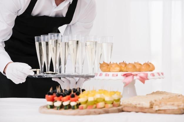 Combinazione ravvicinata di snack e bevande