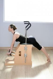 Combo sedia wunda pilates con donna facendo esercizio di yoga fitness