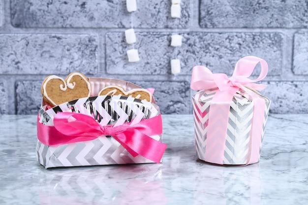 Come fare un bel regalo a sorpresa da piatti e tazze di cartone. passo dopo passo, officina.