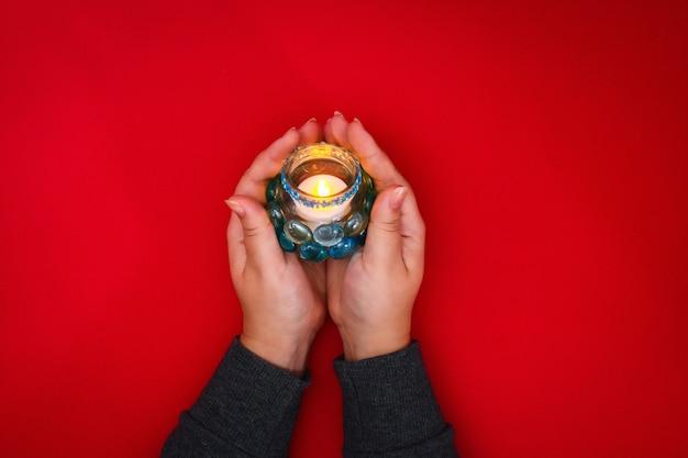 Come rendere il proprio candelabro da vetro inutile o plastica e ciottoli di vetro.