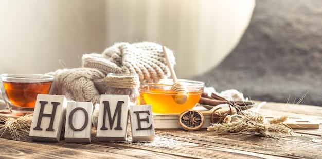 Comfort casalingo di natura morta con una tazza di tè