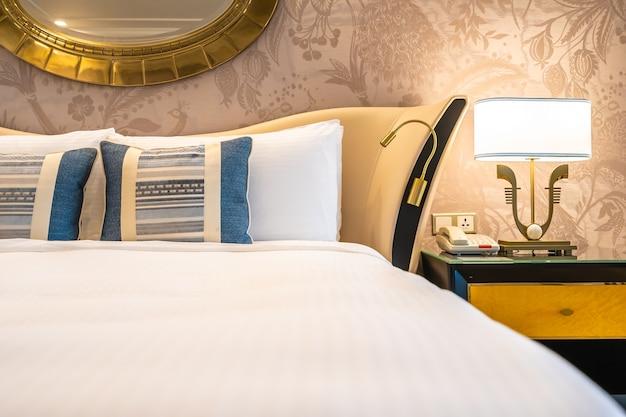 Comfotable cuscino sul letto con decorazione lampada leggera