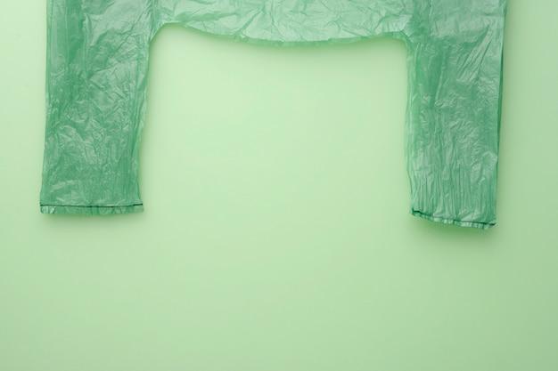 Commercializza cellophane verde. nessun polietilene. vista dall'alto. sfondo verde