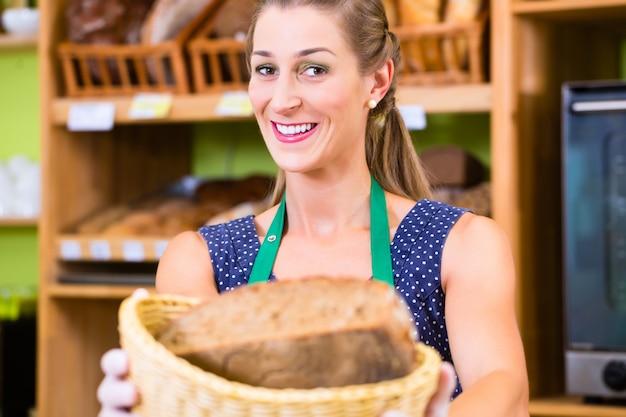 Commessa del forno che offre pane