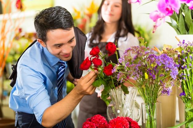 Commessa e cliente nel negozio di fiori