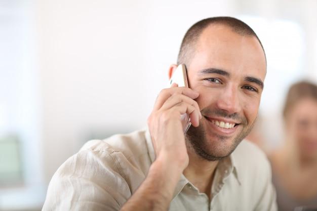 Commesso allegro parlando al telefono