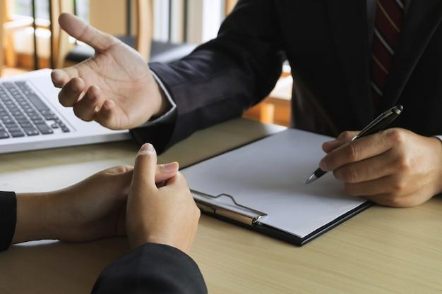 Commissione di risorse umane intervistando candidato per un posto di lavoro