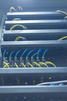 Commutatore di rete e cavi di ethernet, concetto del centro dati.