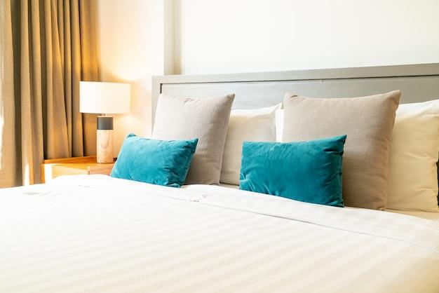 Comoda decorazione del cuscino sul letto in camera da letto