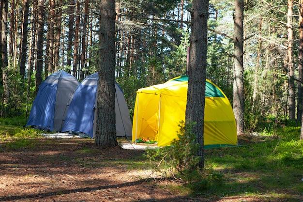 Comoda ricreazione all'aperto. tre piccole tende da campeggio tecniche.