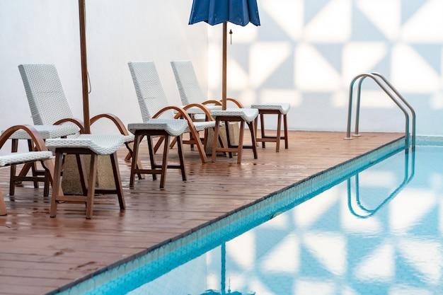 Comoda sedia in piscina, sedia moderna.