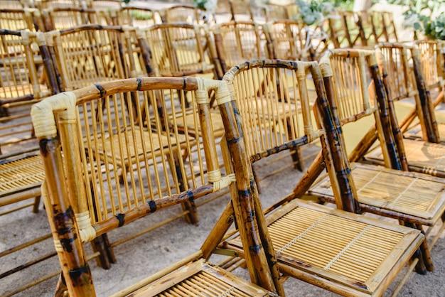 Comode sedie realizzate con bastoncini di legno durante un evento
