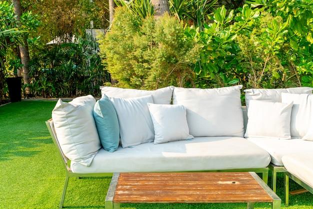 Comodi cuscini sulla sedia e sul tavolo da esterno