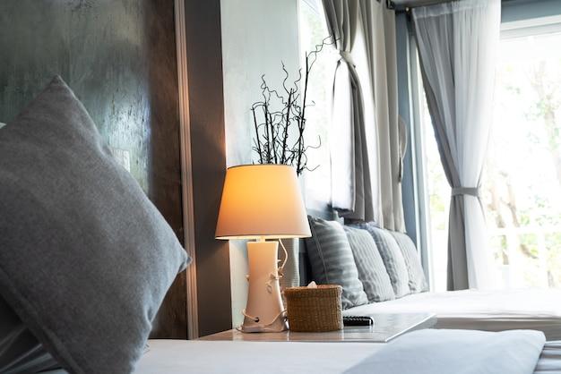 Comodo soggiorno, cuscino grigio e lampada da tavolo