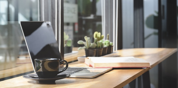 Comodo spazio di co-working con computer portatile e documento con decorazioni