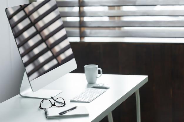 Comodo tavolo da lavoro in ufficio