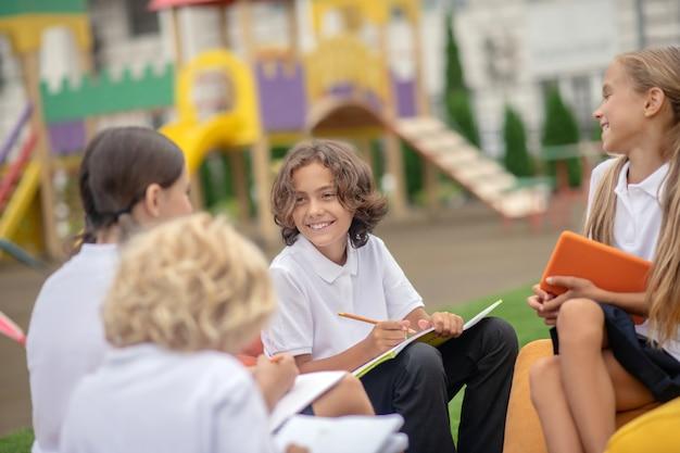 Compagne di classe. gruppo di alunni che studiano insieme e si sentono positivi