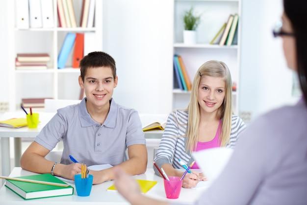 Compagni allegri che studiano a scuola