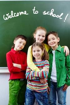 Compagni di classe allegro con sfondo lavagna