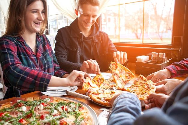 Compagni di classe che mangiano pizza