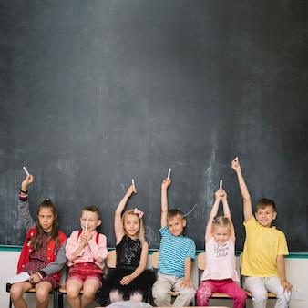 Compagni di classe con gesso insieme