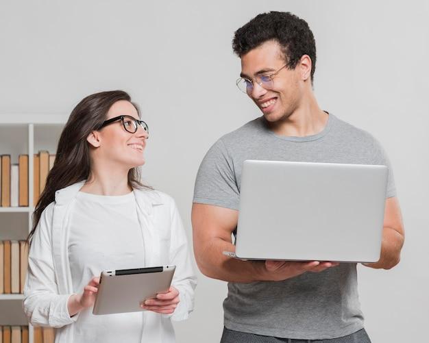 Compagni di classe universitari in possesso di dispositivi digitali