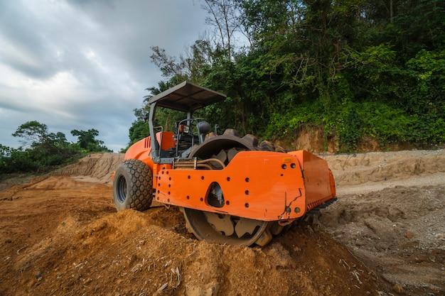 Compattatore di terreno con tamburo vibrante a padiglione. macchinari pesanti che lavorano in cantiere autostradale. veicolo per compattazione del suolo. attrezzature per costruzioni stradali. pavimentazione. compattazione della strada.