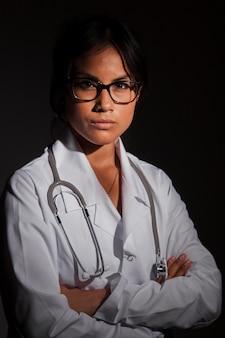 Competente medico in posa