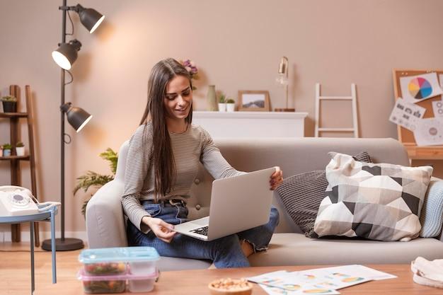Compiti a casa dal suo laptop