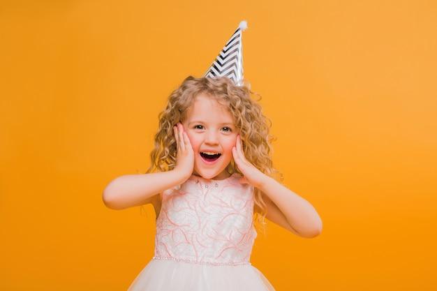 Compleanno della neonata che sorride sull'arancia