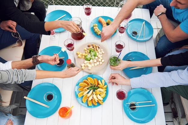 Compleanno di amici a un picnic. emozioni positive.