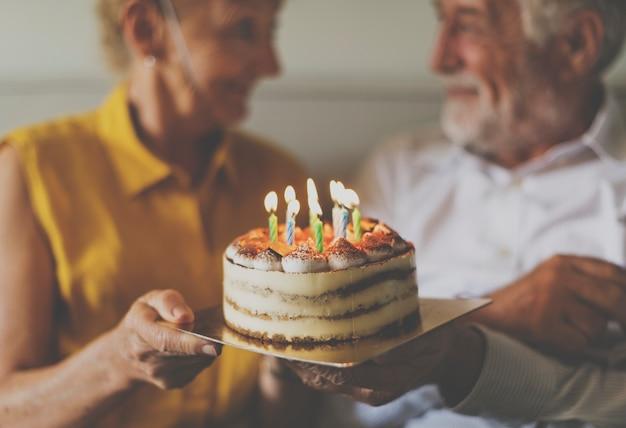 Compleanno di torta di celebrazione di vita senior
