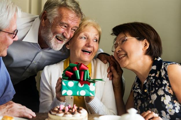 Compleanno di torta per la celebrazione della vita senior
