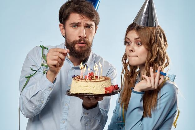Compleanno uomo e donna con un cupcake e una candela