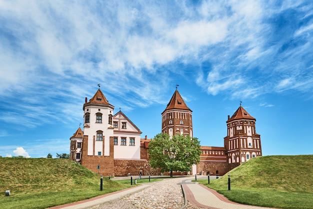 Complesso del castello di mir nel giorno di estate con il cielo nuvoloso blu