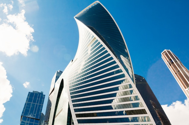 Complesso di edifici della città di mosca contro il cielo. russia