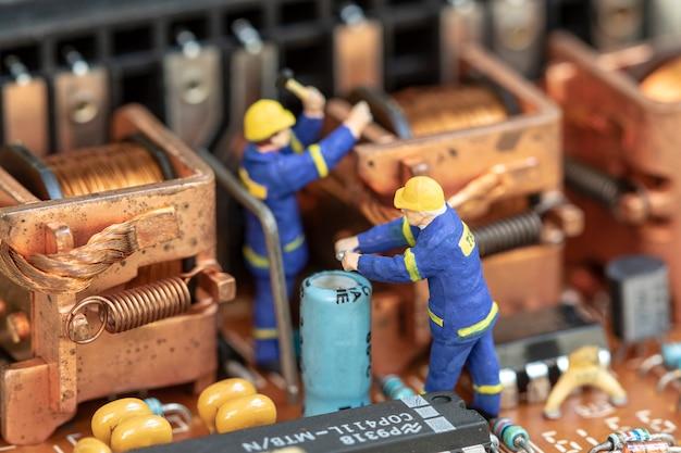 Componente di dispositivo elettronico di manutenzione di persone in miniatura.