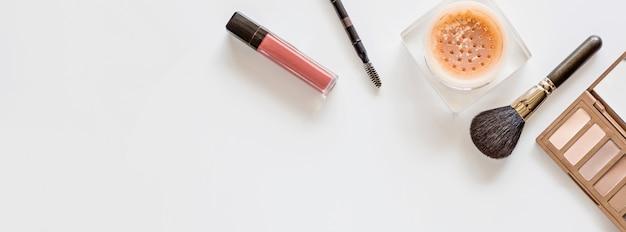 Compongono gli oggetti su sfondo bianco con spazio di copia. set di cosmetici decorativi di lusso piatto laici, vista dall'alto, modello, modello. stile minimal. concetto di blogger di bellezza.