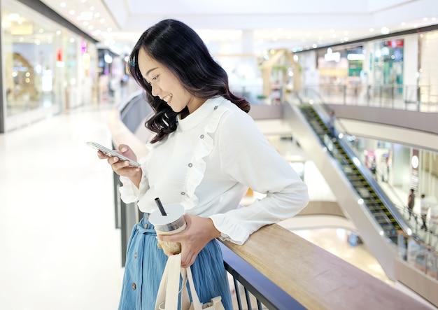 Comportamento urbano adolescente asiatico come lo shopping bere un caffè