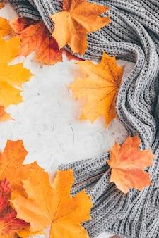 Composizione accogliente casa autunno con foglie di acero.vista dall'alto